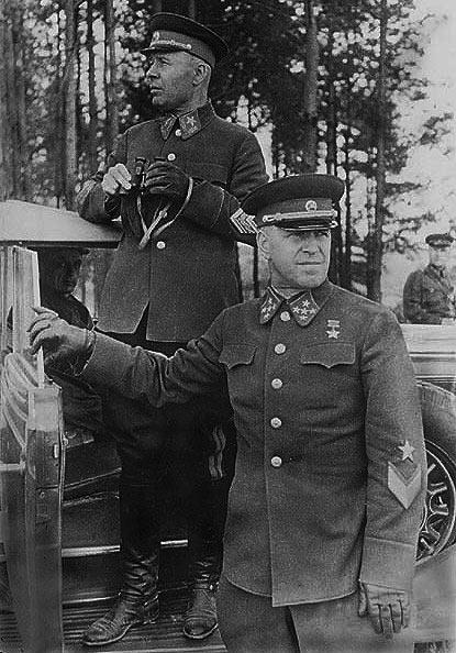 Генерал армии Г. К. Жуков и нарком обороны СССР маршал С. К. Тимошенко на манёврах КОВО. 1940 г.