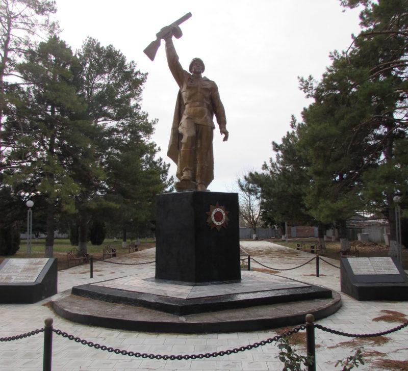 п. Уманский Ленинградского р-на. Памятник землякам, установленный по улице Советов.