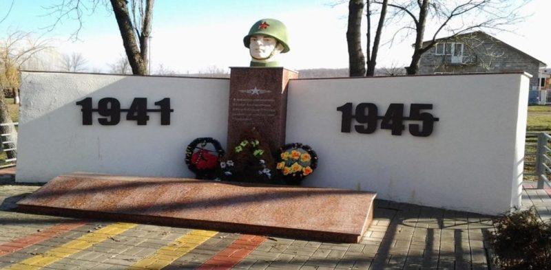 ст-ца. Черниговская Белореченского р-на. Памятник по улице Красной 44/2, установленный на братской могиле бойцов 4-го гвардейского Кубанского казачьего корпуса.