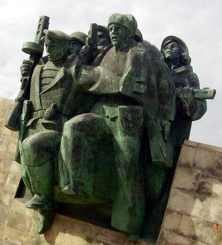 Скульптурная композиция на монументе.