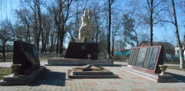 х. Коржевский Славянского р-на. Памятник по улице Садовой 12а, установленный на братской могиле, в которой похоронено 472 советских воина.
