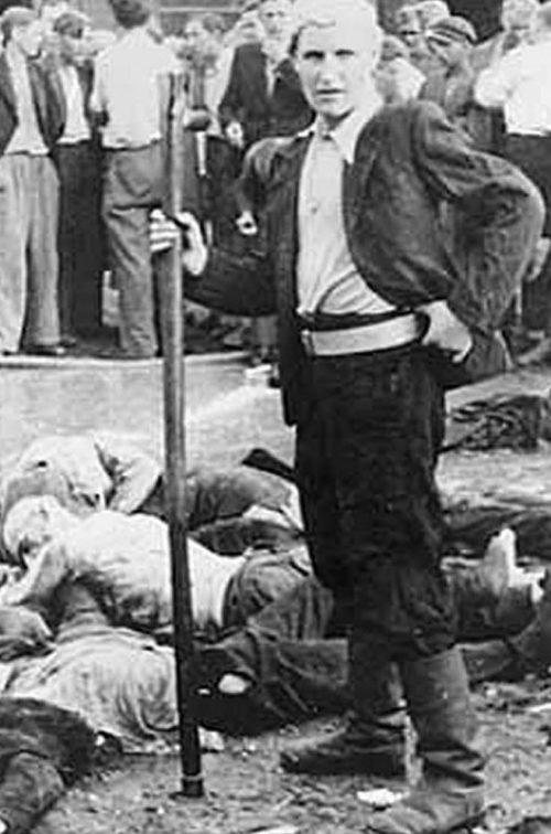 Один из убийц во время погрома евреев в гараже «Летукис». 25-27 июня 1941 г.