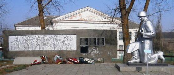 х. Школьный Крымского р-на. Памятник у школы №59, установленный на братской могиле, в которой похоронено 38 советских воинов.