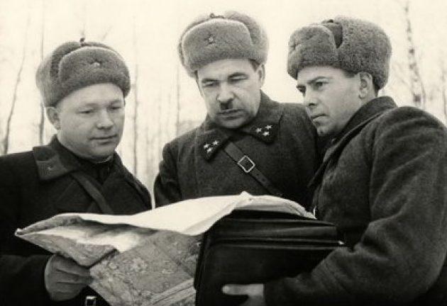 Командующий 5-й армией генерал-лейтенант артиллерии Л.А.Говоров (в центре) с подчиненными командирами. Декабрь 1941 г.