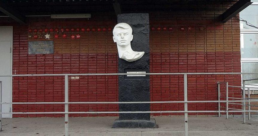 г. Краснодар. Памятник у СОШ №66 Евгению Дорошу замученного фашистами в годы войны.