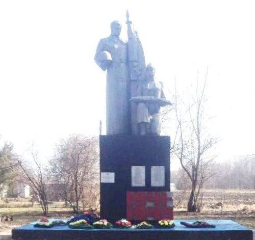 п. Рогачевский Калининского р-на. Памятник землякам, установленный по улице Солнечной.