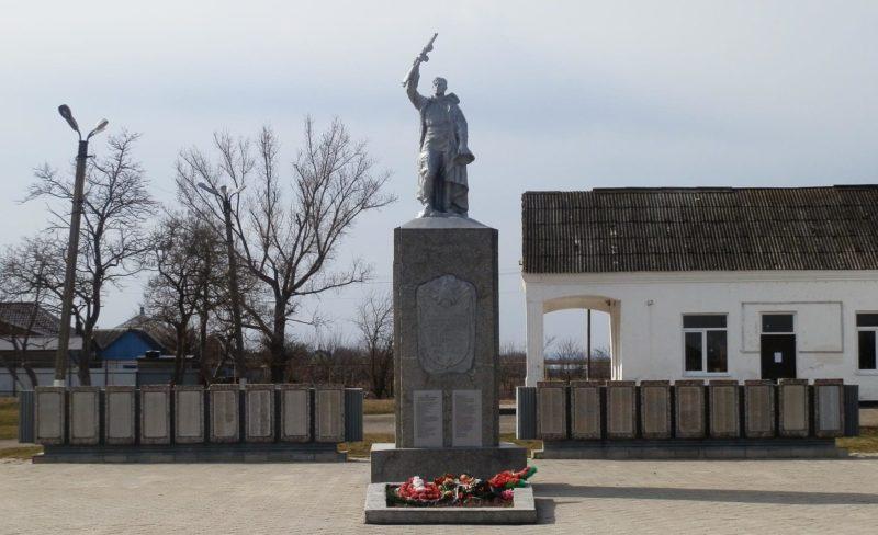 с. Экономическое Крымского р-на. Памятник по улице Шоссейной 1, установленный на братской могиле, в которой похоронено 1505 советских воинов.