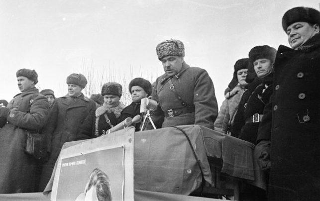 Командующий 5-й армией Л.А.Говоров выступает на митинге в освобожденном Можайске. 23 января 1942 г.