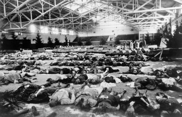 Жертвы бомбардировок выложены для опознания и захоронения в гимназии. Декабрь 1943 г.