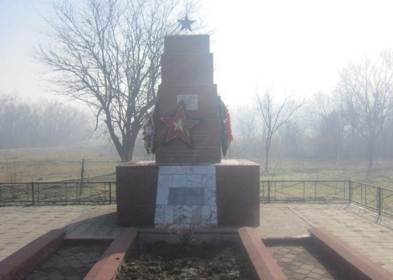 х. Красноармейский Городок Славянского р-на. Памятник по улице Набережной, 21б, установленный на братской могиле, в которой похоронено 25 советских воинов.