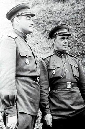Командующий армией генерал-лейтенант В. Я. Колпакчи и генерал-майор К. К. Абрамов. 1943 г.