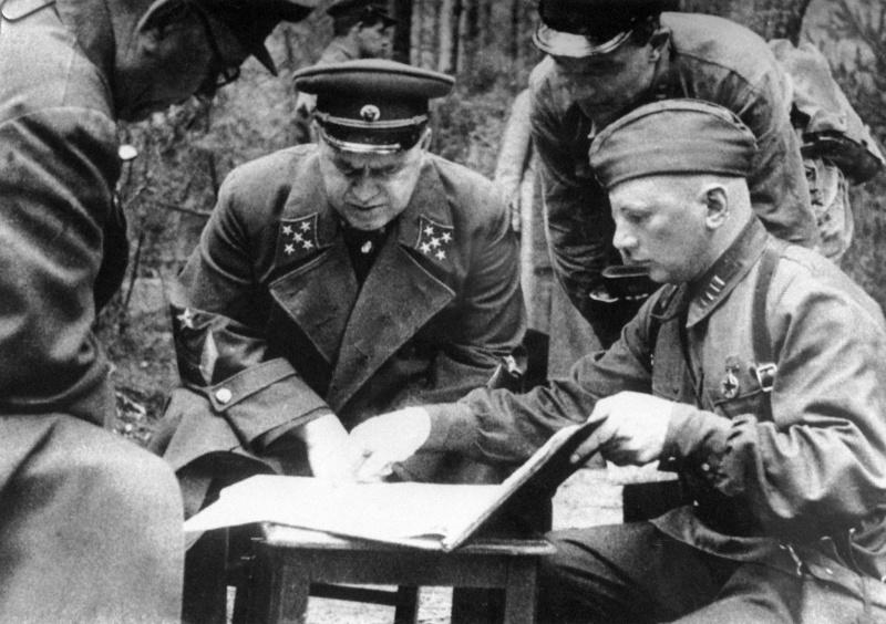 Командующий Резервным фронтом генерал армии Жуков с офицерами под Ельней. 1941 г.
