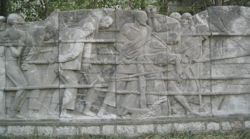 Барельефы на Стене Памяти.
