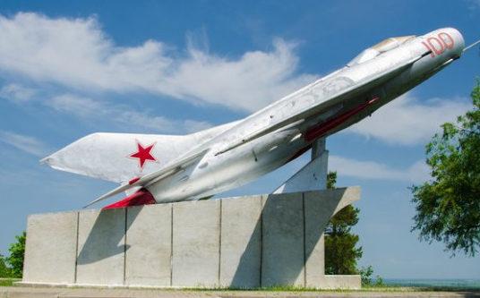 Самолет- памятник.