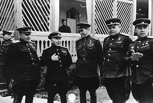 Командующие армиями Н. Э. Берзарин, В. И. Кузнецов, В. Я. Колпакчи, В. С. Попов и В. И.Чуйков после взятия Берлина. 1945 г.