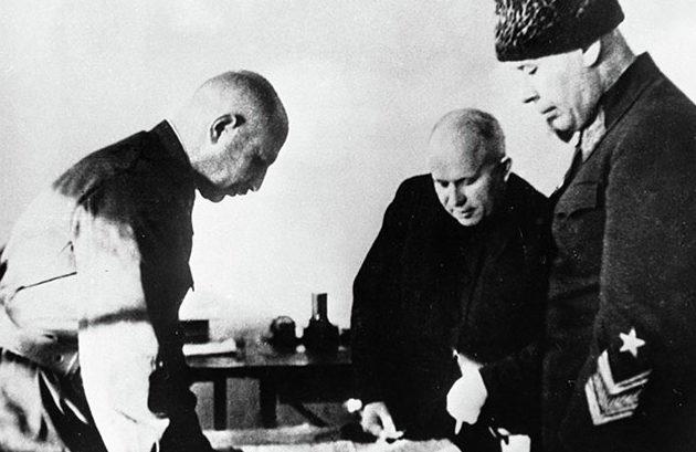 Семен Тимошенко (справа), Никита Хрущев (в центре) и Иван Баграмян (слева) у карты боевых действии. 1941 г.