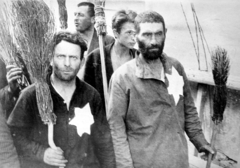 Евреи Вильнюсского гетто строятся в колонну для отправки на принудительные работы. 1941 г.