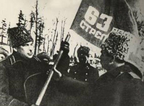 Л. А. Говоров вручает Гвардейское знамя командиру 63 гвардейской стрелковой дивизии генерал – майору Н.П. Симоняку. 1943 г.