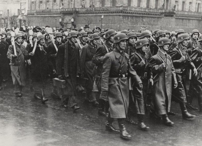 Парад «Фольксштурма» после церемонии присяги на Унтер-ден-Линден в Берлине. 12 ноября 1944 г.