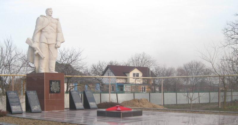 ст-ца. Петровская Славянского р-на. Памятник по улице Чапаева 177а, установленный на братской могиле, в которой похоронено 87 советских воинов, погибших в боях с фашистскими захватчиками.