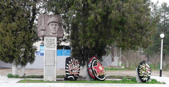 п. Южный Крымского р-на. Памятник по улице Центральной 1а, установленный на братской могиле, в которой похоронено 92 советских воина.
