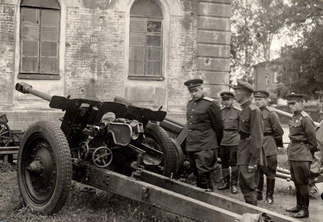 Л.А. Говоров осматривает трофейные орудия. Ленинград, 1943 г.