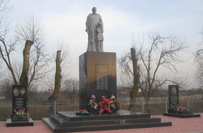 ст-ца. Петровская Славянского р-на. Памятник по улице Черноерковской 1, установленный на братской могиле, в которой похоронено 42 советских воинов.