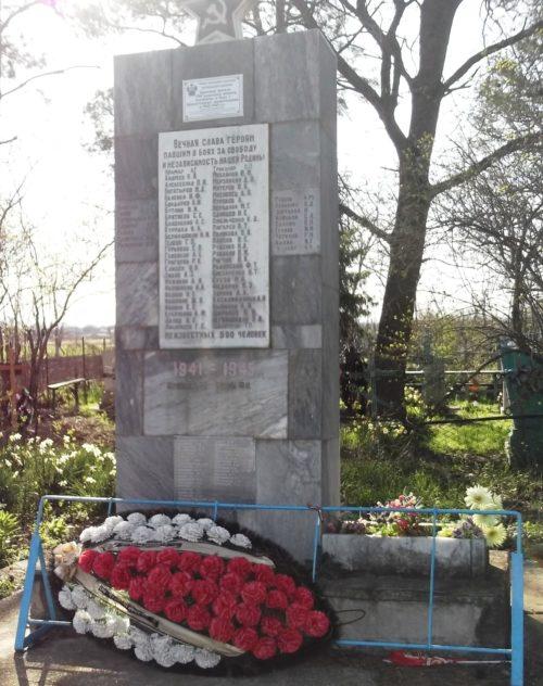 х. Ястребовский у Крымского р-на. Памятник по улице Центральной 8а, установленный на братской могиле, в которой похоронено 594 советских воина.