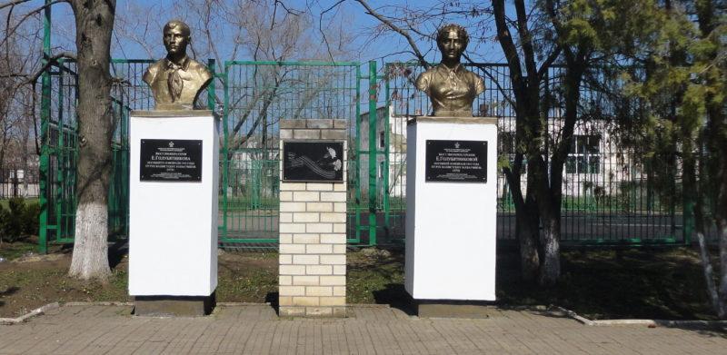 ст-ца. Брюховецкая. Мемориал у здания школы №3. Здесь же установлены бюсты пионерам Е.Голубятниковой и В.Голубятникову, погибших в 1942 году от рук фашистских захватчиков.