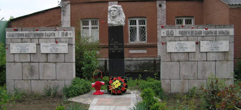 г. Краснодар. Памятник Герою Советского Союза Федору Лузану, установленный по улице Седина, у Кубанского государственного медицинского университета.