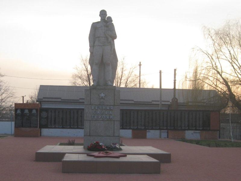 ст-ца. Петровская Славянского р-на. Памятник по улице Красной 41в, установленный на братской могиле, в которой похоронено 149 советских воинов, погибших в боях с фашистскими захватчиками.