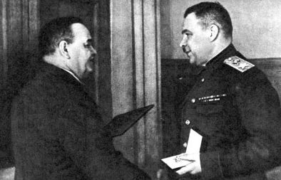 Н.М. Шверник вручает маршальскую звезду командующему Ленинградским фронтом Л.А.Говорову. 1944 г.