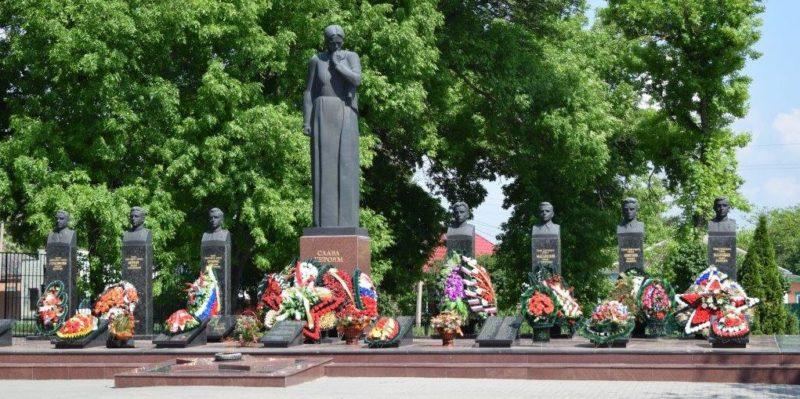 ст-ца. Брюховецкая. Мемориальный комплекс «Скорбящая Мать», расположенный в Центральном парке станицы.