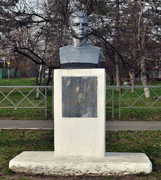 г. Краснодар. Памятник Герою Советского Союза Александру Матросову, установленный у СОШ №14.