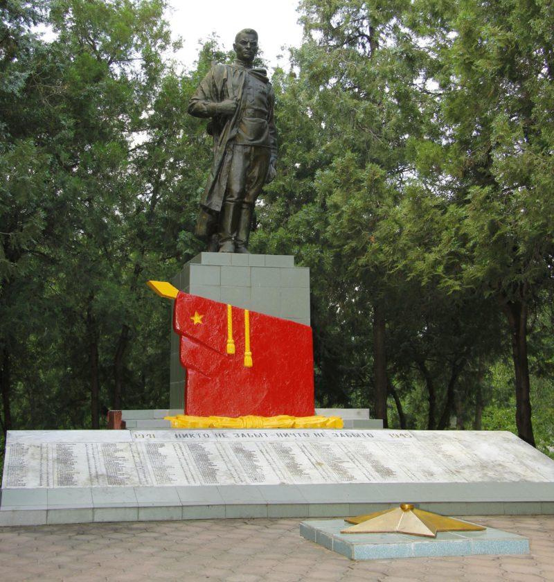 ст-ца. Воздвиженская Курганинского р-на. Памятник по улице Советской, установленный на братской могиле советских воинов.