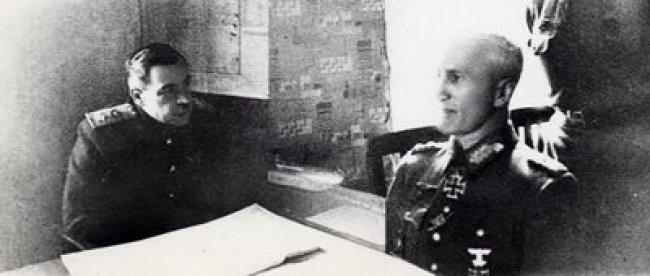 Маршал Л.А.Говоров допрашивает командующего 16-й немецкой армией генерал-лейтенанта Фолькамера. Курляндия, 11 мая 1945 г.