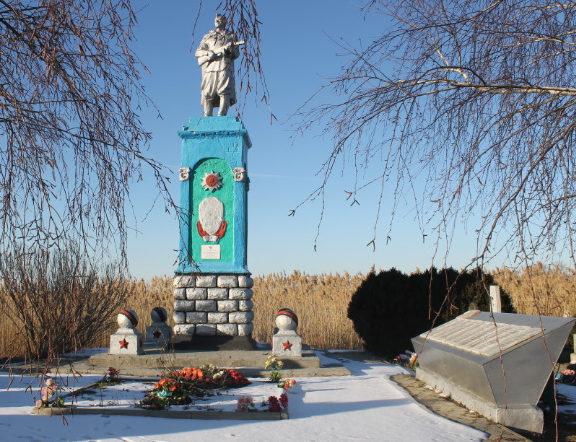 х. Прорвенский Славянского р-на. Памятник по улице Дружбы 42а, установленный на братской могиле, в которой похоронено 192 советских воина.
