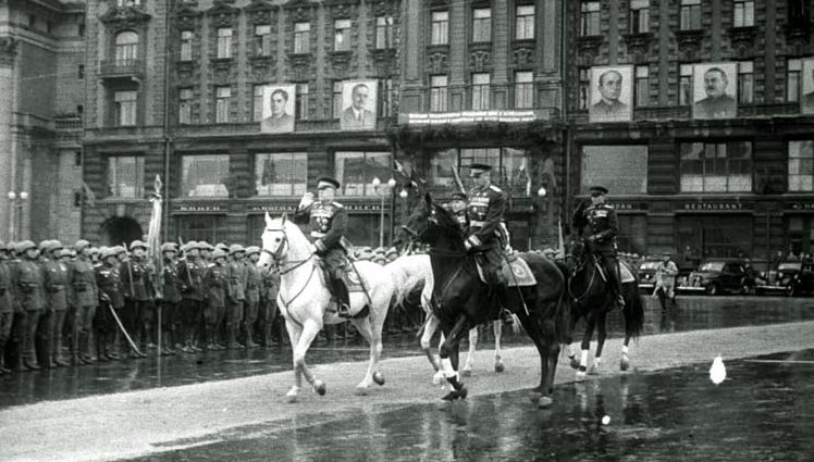 Жуков принимает Парад Победы на белом коне. Командует парадом Рокоссовский. 1945 г.
