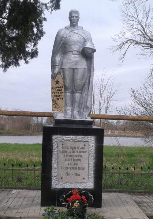 п. Красное Поле Курганинского р-на. Памятник, установленный на братской могиле советских воинов.