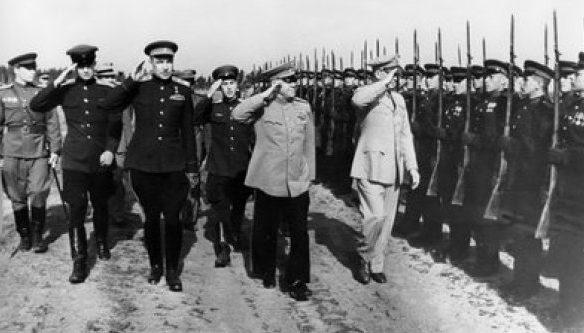 Командующий Ленинградским военным округом Л.А. Говоров встречает Г.К. Жукова и Д. Эйзенхауэра. Ленинград, август 1945 г.