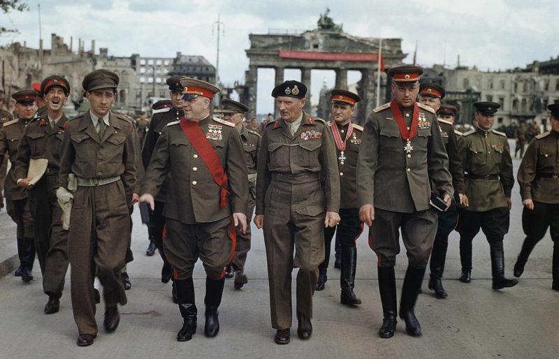Награждение Жукова фельдмаршалом Монтгомери Большим Крестом рыцаря ордена Бани. Берлин, 12 июля 1945 г.