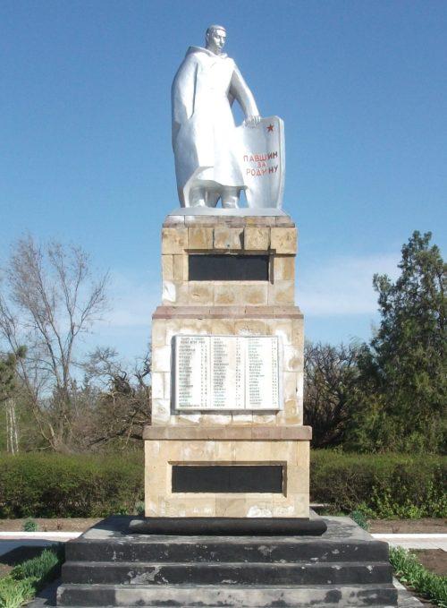 п. Красногвардеец Каневского р-на. Памятник землякам, установленный по переулку Клубный 5.