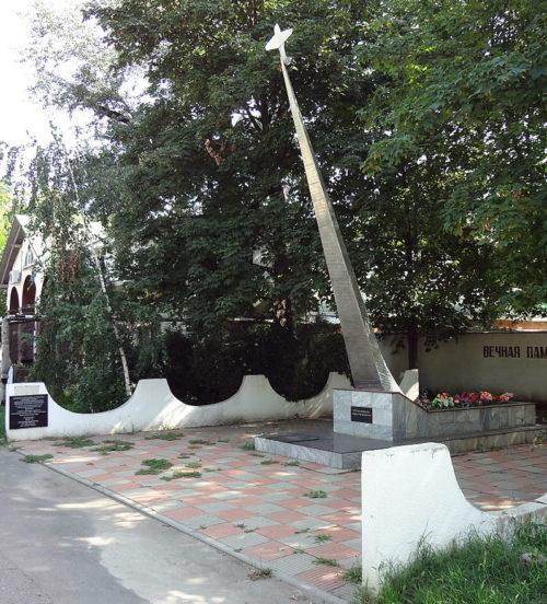 г. Краснодар. Памятник, установленный в 1975 году неизвестному лётчику по Совхозной улице.