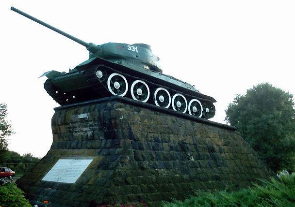 г. Славянск-на-Кубани. Памятник- танк на братской могиле советских воинов.