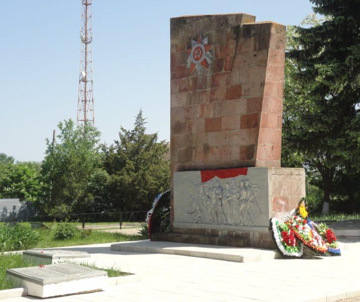 ст-ца. Новодеревянковская Каневского р-на. Памятник, установленный на братской могиле воинов, погибших в годы гражданской и Великой Отечественной войн.