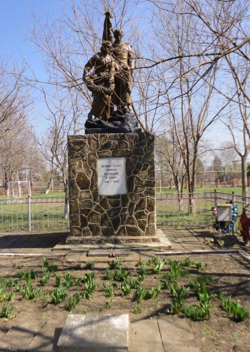 ст-ца. Новоджерелиевская Брюховецкого р-на. Памятник у школы №13, установленный на братской могиле советских воинов.