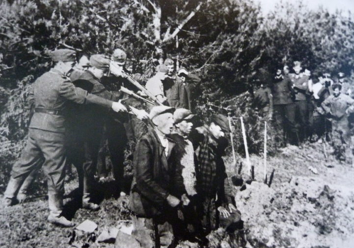 Айнзатцгруппа «A» убивает евреев. Каунас, 1942 г.