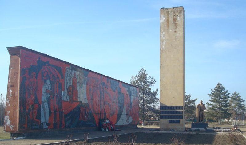 ст-ца. Новоминская Каневского р-на. Памятник землякам по улице Ленина 72б.