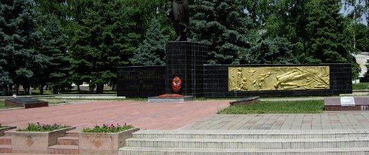 г. Курганинск. Мемориал погибшим землякам, установленный на площади Победы. Здесь же находится братская могила 6 советских воинов, погибших в боях с фашистскими захватчиками.