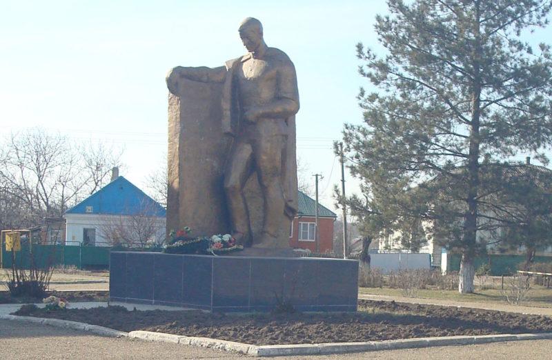 ст-ца Новоминская Каневского р-на. Памятник по улице Ленина 72б, установленный на братской могиле воинов, погибших в годы гражданской и Великой Отечественной войн.